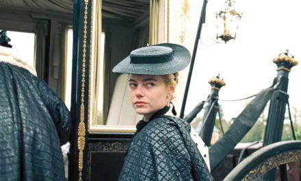 Este es The Favourite, con Emma Stone y Rachel Weisz